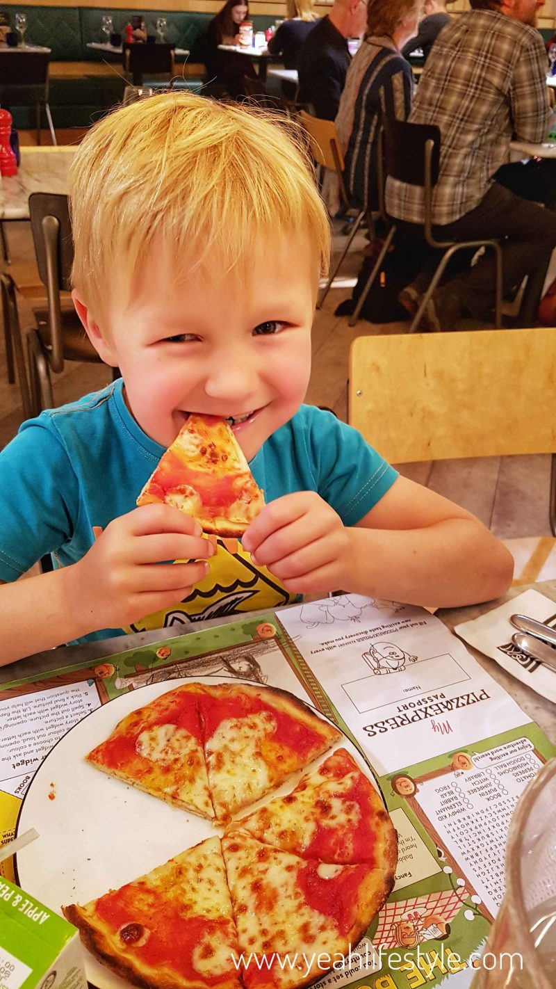 pizza-express-manchester-food-blogger-kids-menu-pizza-margarita-happy